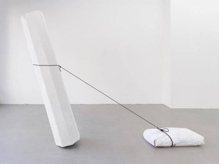 Säule, Gipssack ziehend (Column, Pulling a Bag of Plaster) by Inge Mahn