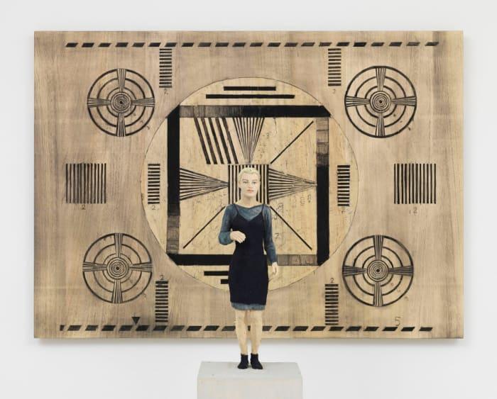 Frau mit Testbild by Stephan Balkenhol