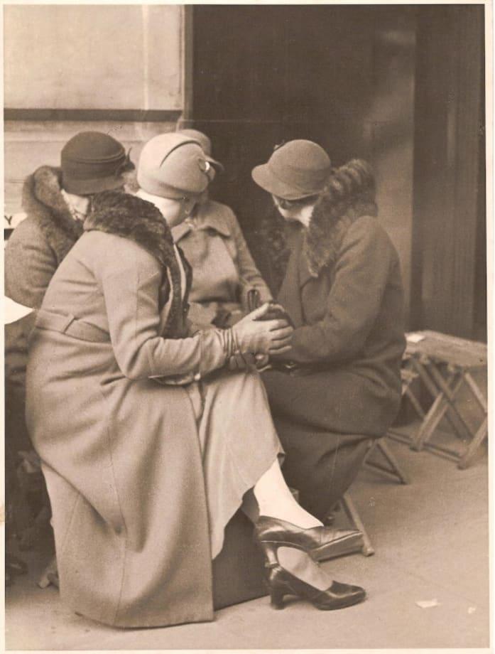 Gossips, London by Horacio Coppola