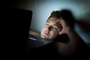 laptop blue light in bed keep man awake