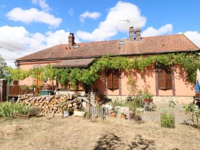 Maison de village sur beau terrain arboré de 1600 m2