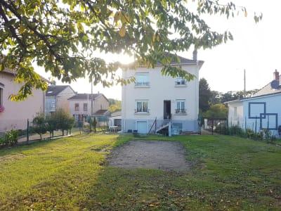 Maison de ville de caractère avec jardin paysager et clôturé.