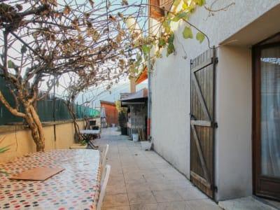 Maison mitoyenne 8 pièces au Viviers du Lac d'environ 218 m².