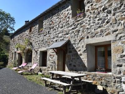 Maison en pierre de caractère toit en lauzes .