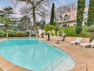 Maison d'architecte d'environ 550 m², 7 chambres, piscine, garag