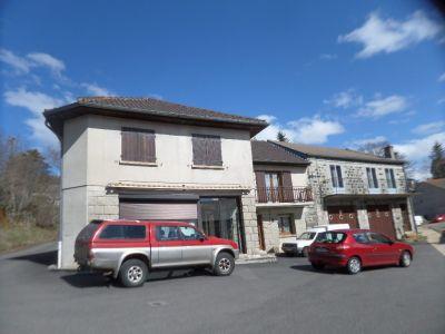 Villa dans bourg 240m2 hab env 4 chambres Le Beage proche du