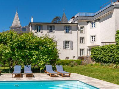 Duplex contemporain dans un château avec piscine