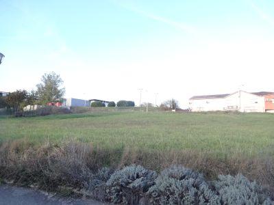 Terrain de 1000 m² viabilisé en zone commerciale et de services.