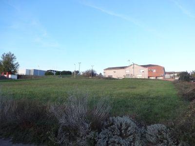 Beau terrain mixte constructible et commercial de de 2000 m²