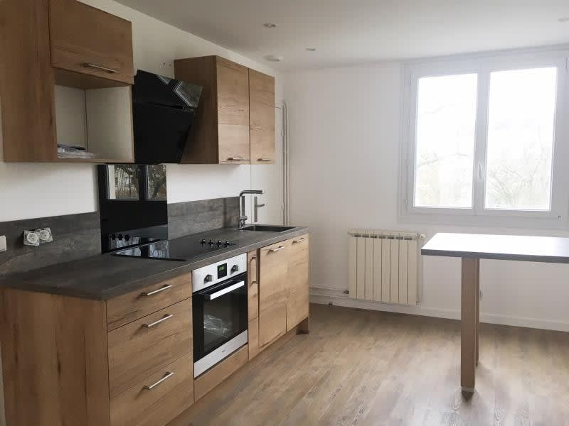 Rental apartment Le mesnil le roi 1 045€ CC - Picture 2