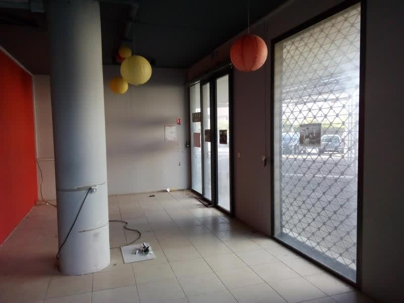 Location local commercial St pierre 3 349€ HC - Photo 2