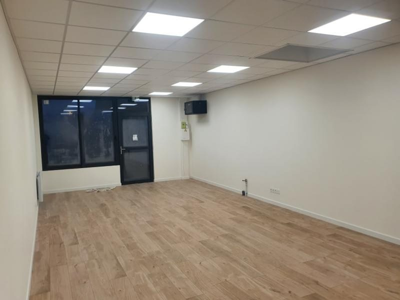 Location local commercial Ormesson 983€ HC - Photo 1