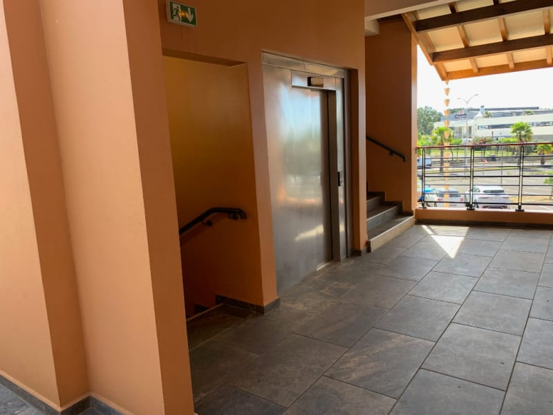 Location local commercial Les abymes 9250€ HC - Photo 3