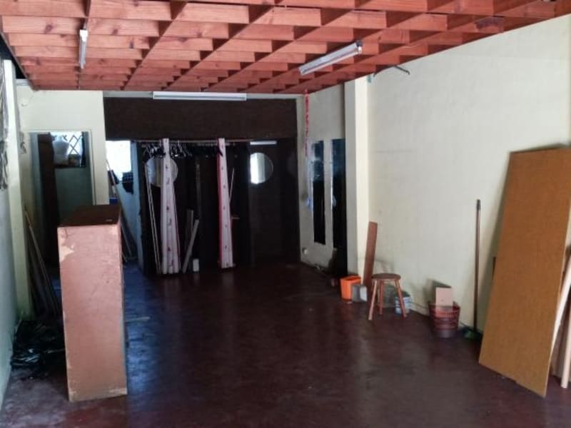 Location local commercial St pierre 1270€ HC - Photo 5