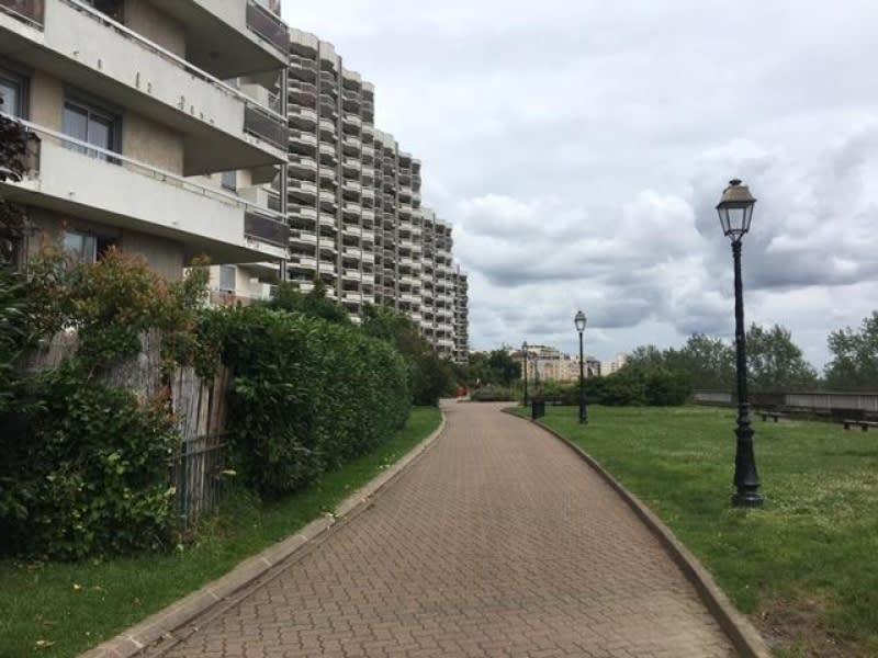 Rental apartment Courbevoie 1380€ CC - Picture 1