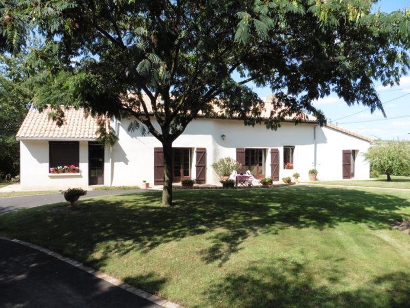 Sale house / villa Beaupreau 397000€ - Picture 1