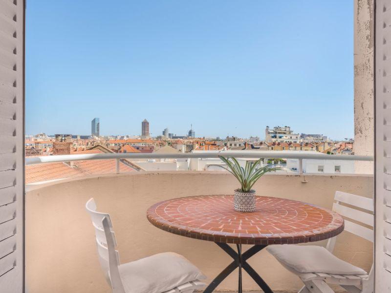 Dernier étage avec vue imprenable et balcon plein ciel