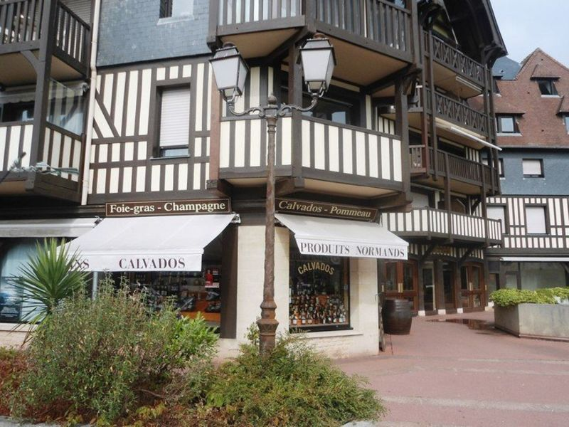 Commercial property sale shop Deauville 196 100€ - Picture 2
