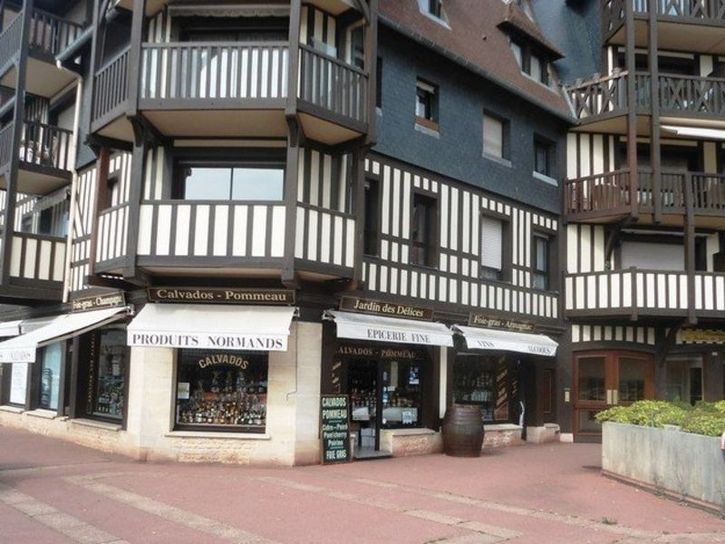Commercial property sale shop Deauville 196 100€ - Picture 1