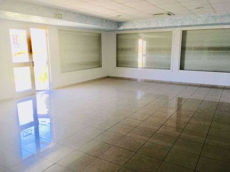 Location local commercial Petit canal 675€ HC - Photo 3