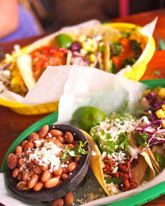 ポル・ケ・ノはカラフルで本格的なメキシコ料理で人気