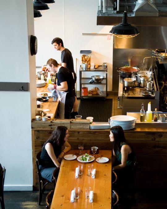 オープン・キッチンとシェアタイプの大テーブルが特色のクライド・コモン。