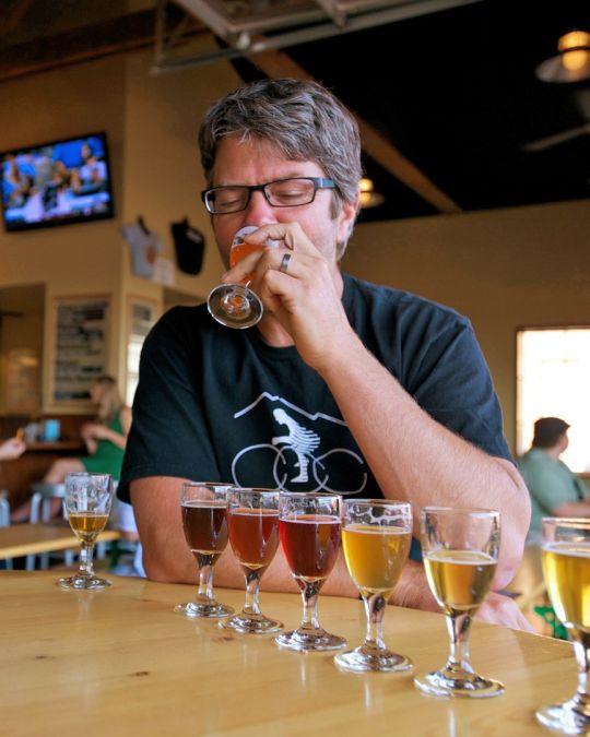 カスケード・ブルーイング・バレルハウスでビールをテイスティング。