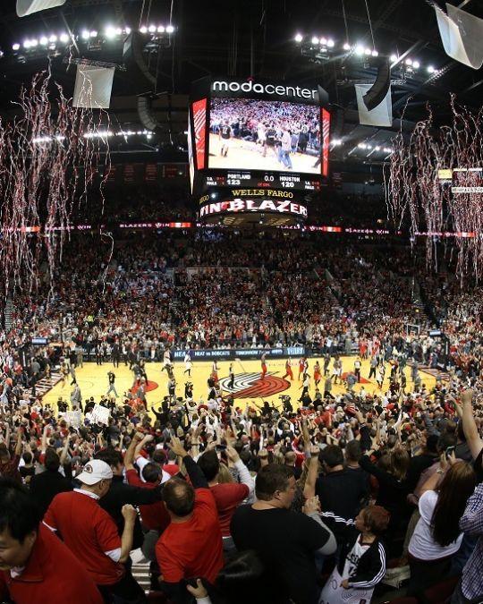 モダ・センターで勝利を喜ぶトレイル・ブレイザーズのファン