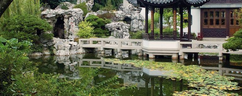 Lan Su Chinese Gardenには、静かな庭園の小道と居心地の良いティーハウスがあります。