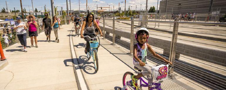 未来的で歩行者に優しいTilikum Crossingで、予算に優しい旅行をしてください。