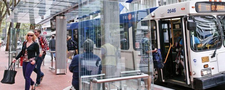 多くのバスが発着するダウンタウンのトランジットモール。