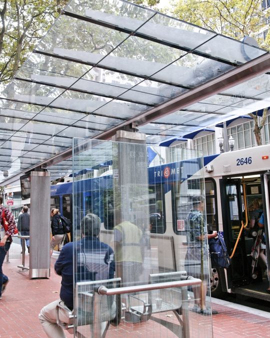 People entering and exiting a TriMet bus downtown