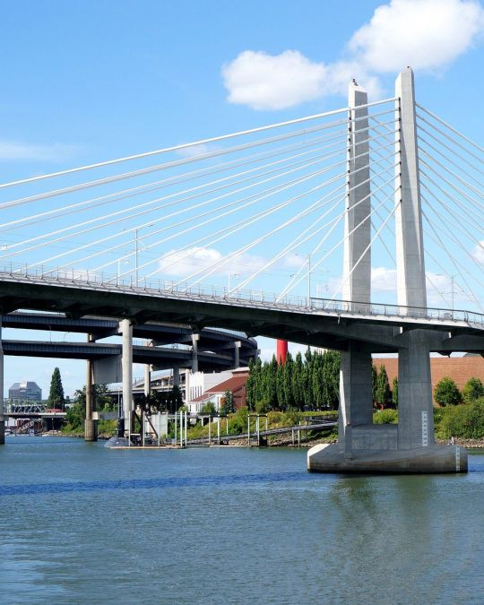Portland\'s Tilikum bridge over the Willamette River