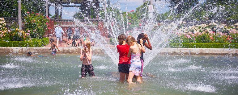 kids splash in the fountain at peninsula park