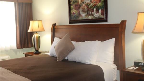 King Room in O'Cairns Inn & Suites, Lompoc