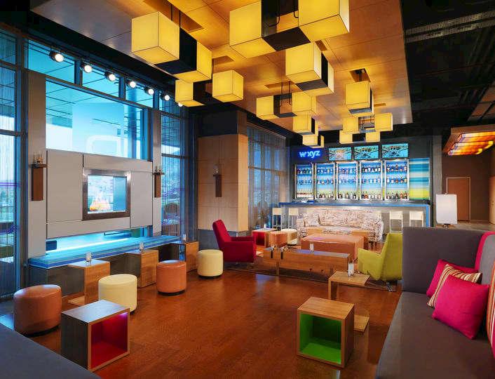W xyz Bar'ın Bursa'da başka hiçbir yerde bulamayacağınız kokteyllerinin tadını çıkarırken, özel tasarlanmış konsepti, ışıklandırması ve şöminesiyle gecenize renk katın.