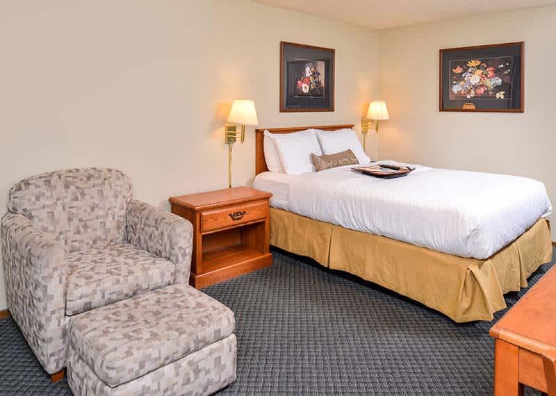 Queen Room at Courtesy Inn Eugene, Oregon