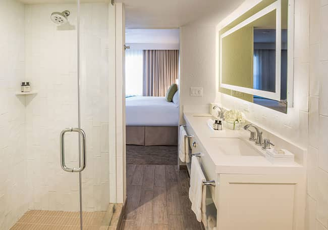 Beach House Suites Premium Queen Suite with Roll-in Shower