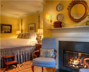 Courtyard Room - Queen bed with fireplace