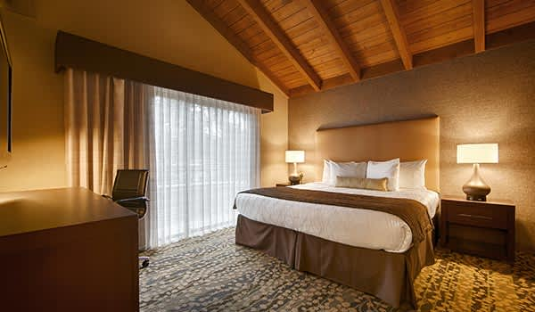 Standard king room of Best Western the inn &Suites Pacific Grove