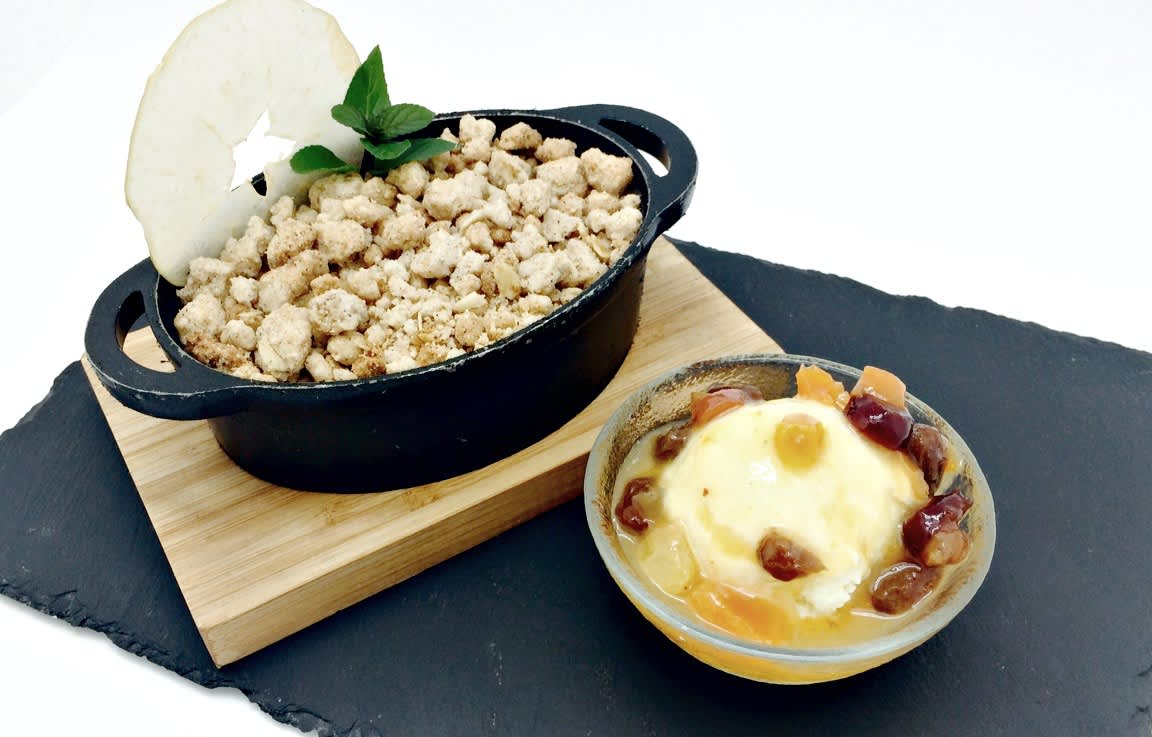 2spiced apple cobbler 2 with vanilla dried fruits icecrm