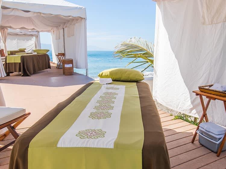 Tratamiento de Spa en la playa en el hotel Velas Vallarta, Puerto Vallarta