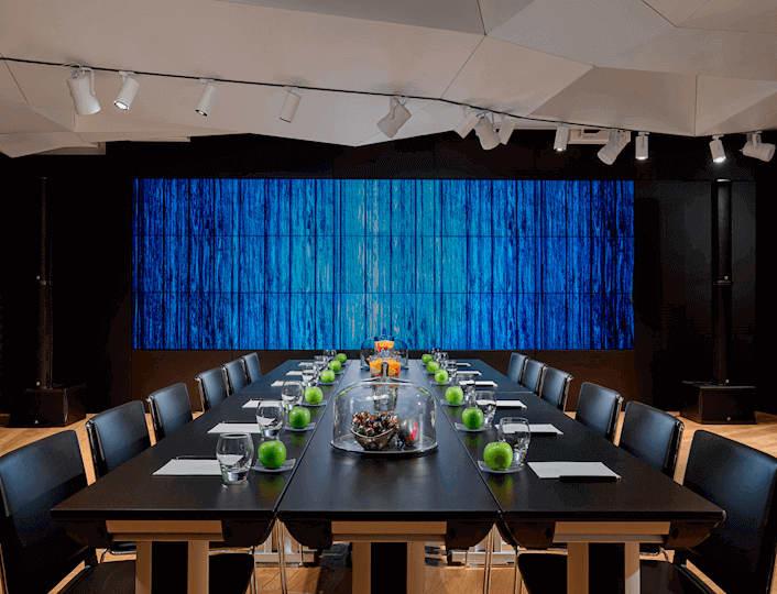 Boardroom opzet W Amsterdam Great Room met Video Muur