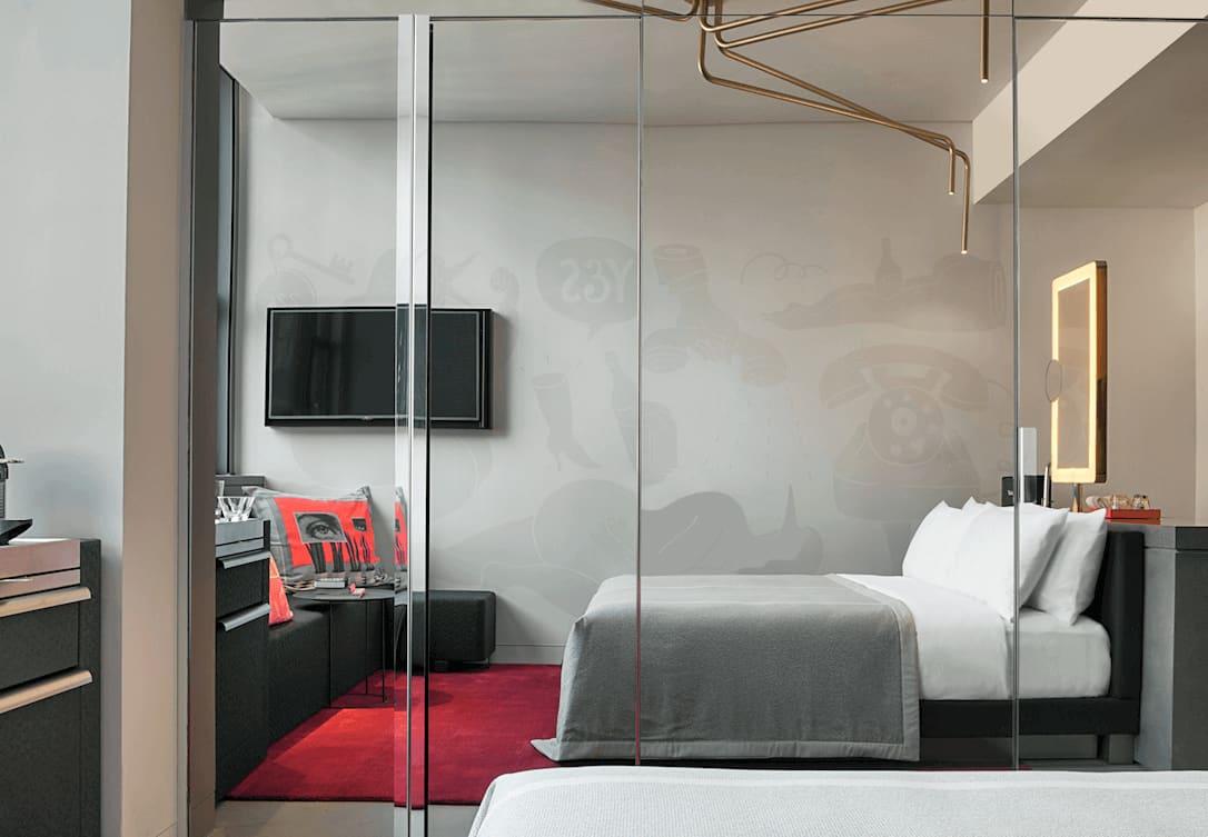 Bed in cozy exchange uitkijkend op het atrium
