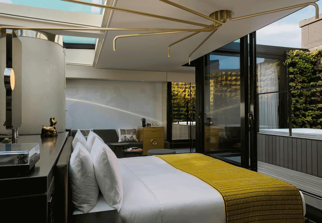 Bed in Fantastic Bank Suite met outdoor jacuzzi