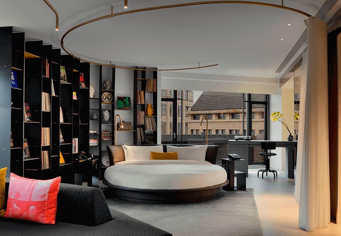 Rond bed in WOW Exchange Suite met boekenkast