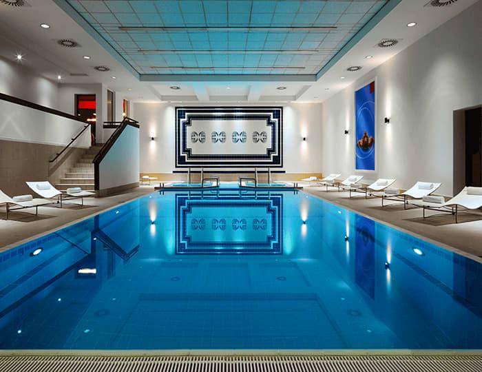 Przestronny basen dostępny dla gości hotelu
