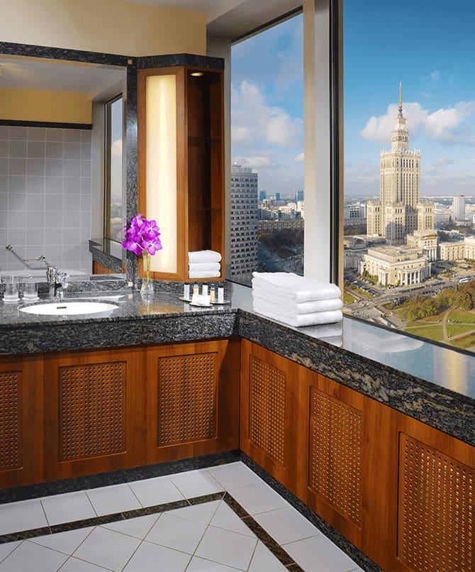 Łazienka z panoramicznym widokiem na miasto