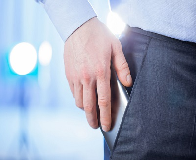noszenie telefonu komórkowego w kieszeni spodni