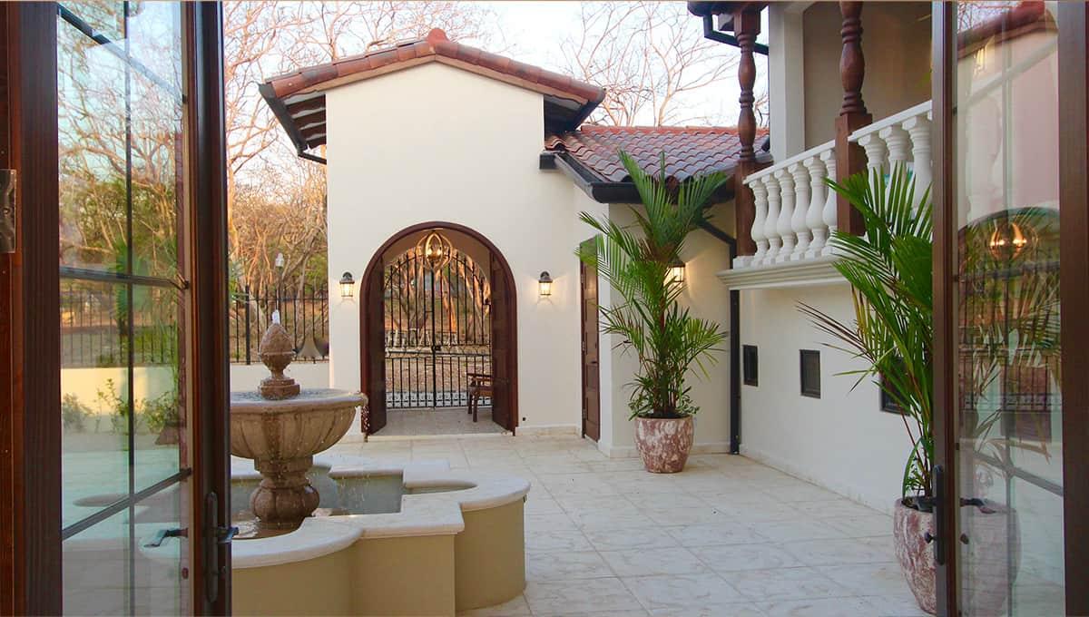 carolinadelmar-entrancecourtyard-langosta